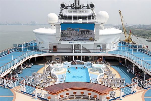 sapphire_princess_pool_deck